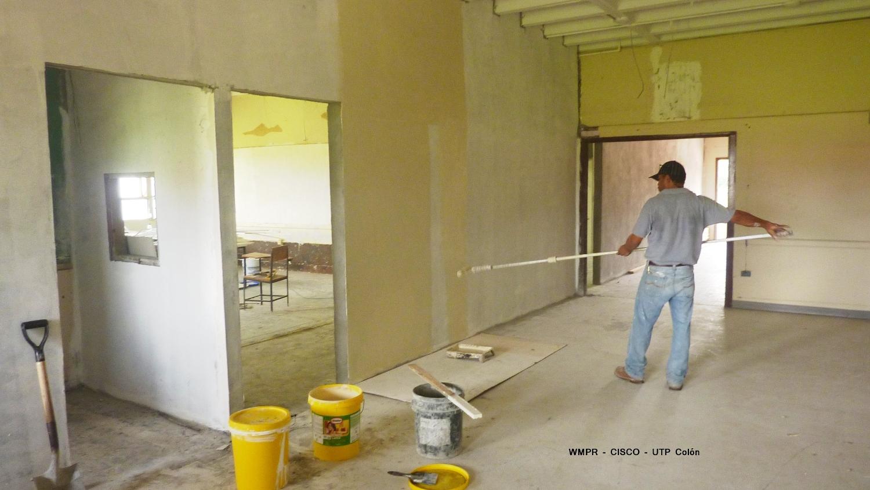 Pintando las paredes de la Academia CISCO UTP Colón.